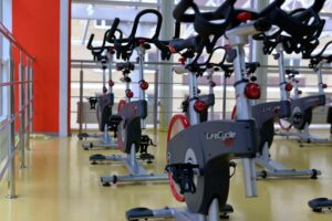 A gym room with many Spinning bikes